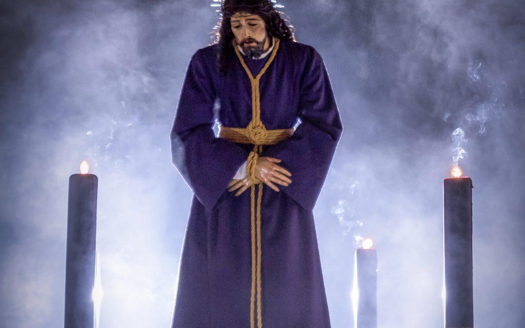 Velas en los balcones para la noche nazarena del Miércoles Santo